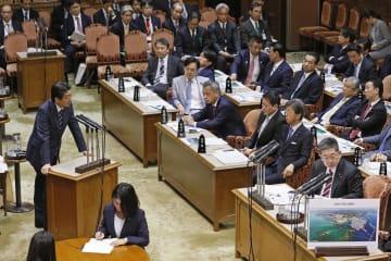 参院予算委で共産党の小池晃氏(右端)の質問に答える安倍首相=5日午後