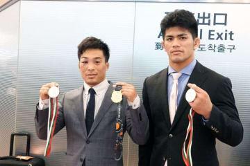 ブルガリアの大会でメダルを獲得した太田忍(左=ALSOK)と角雅人(自衛隊)
