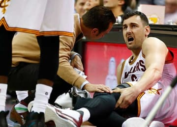 Andrew Bogut injures left leg in Cavaliers debut