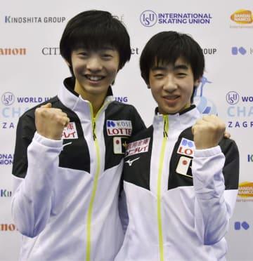 世界ジュニア選手権を前に、ポーズをとる島田高志郎(左)と壷井達也=5日、ザグレブ(共同)