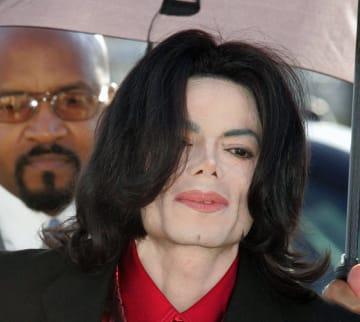 米カリフォルニア州の裁判所に出廷したマイケル・ジャクソンさん=2005年2月(AP=共同)