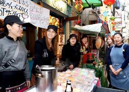 移動販売の展開へ向けた模擬イベントで「いらっしゃいませ」と声を張るアジア出身の女性ら=神戸市中央区元町通2