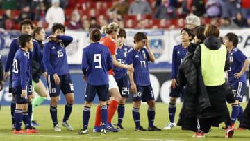 イングランドに敗れ、肩を落とす日本の選手たち=タンパ(共同)