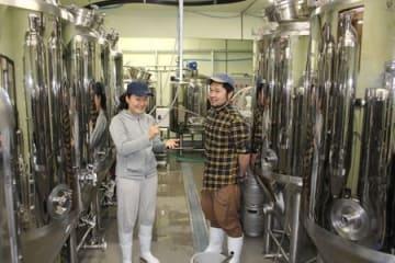 増産態勢を整えた妻有ビールの高木千歩社長(左)と新入社員の中村公洋さん=十日町市太平
