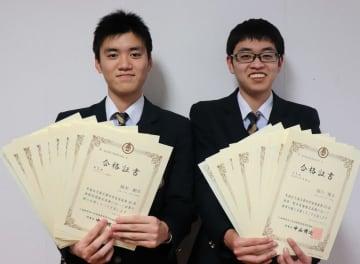 1級の合格証書を手にする濱川さん(右)と福本さん=佐世保市吉岡町、県立佐世保商業高