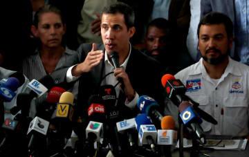ベネズエラの首都カラカスでの公務員らとの会合で話す同国のグアイド国会議長=5日(ロイター=共同)