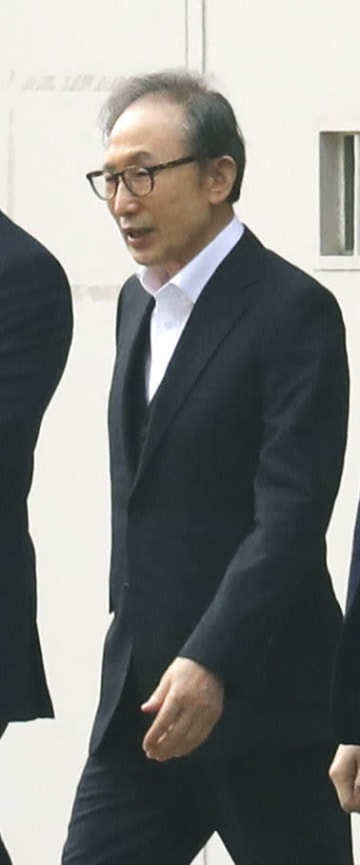 保釈され、勾留先の拘置所を出る元韓国大統領の李明博被告=6日、ソウル(聯合=共同)