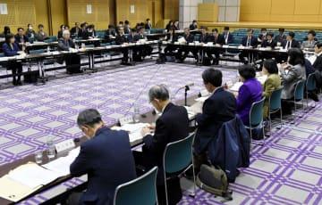 東京・霞が関で開かれた総務省統計委員会=6日午後
