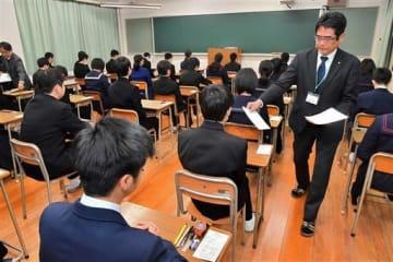 問題用紙を配られ、試験開始を待つ受験生=6日午前、熊本市中央区の熊本工高(池田祐介)