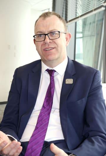 インタビューに応じる国際パラリンピック委員会のクレイグ・スペンス広報部長