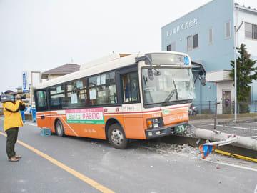 電柱に衝突した路線バス=6日午後4時20分ごろ、三郷市茂田井