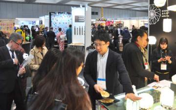 表具技術を生かした和紙のランプなど、伝統の技を現代に生かす商品紹介に多くのバイヤーが集まった(京都市左京区・みやこめっせ)