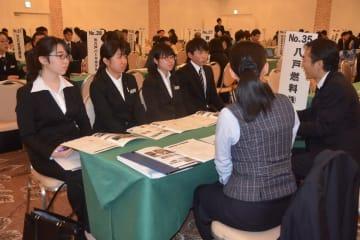 来春に卒業予定の大学生らを対象とした企業説明会=6日、八戸市