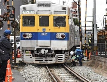 熊本電鉄の脱線した車両や付近の線路を調べる鉄道事故調査官ら=1月9日午後、熊本市中央区