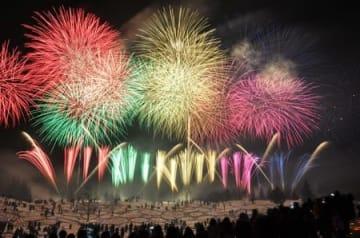 幻想的な雰囲気な中で花火が上がった「越後妻有 雪花火」=十日町市のベルナティオ