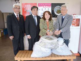 リングプルを寄贈した(左から)永井幹事、田村会長、深川市民教育委員長