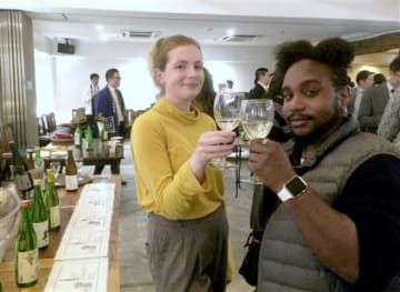 熊本酒造組合が開いたイベントで、県産酒を楽しむ県内在住の外国人ら=5日、熊本市中央区