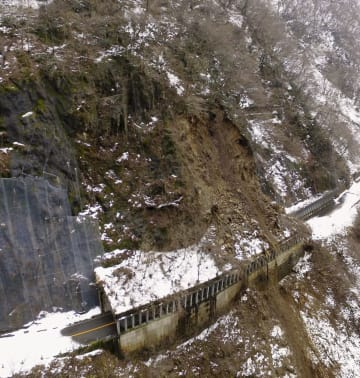 白山白川郷ホワイトロードの土砂崩れ現場。土砂の大部分がトンネル状の防護用構造物を覆っている=2018年12月20日、石川県白山市(同県提供)