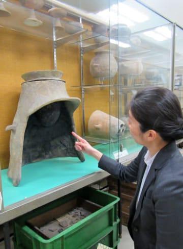 龍谷大平安高の考古資料陳列室。別室に保管する資料を含め全体像を把握できなくなっている(京都市下京区)