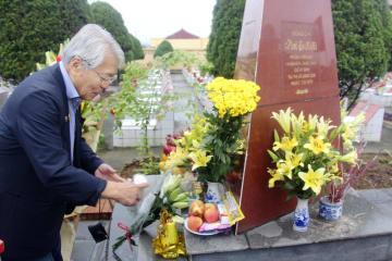 取材中に射殺された高野功記者の記念碑に缶ビールを供える中村梧郎さん=7日、ベトナム北部ランソン(共同)