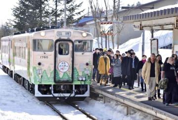 「ゆうばり国際ファンタスティック映画祭」の開催にあわせ、7年ぶりに運行した臨時特別列車から降りる映画人ら=7日午後、北海道夕張市