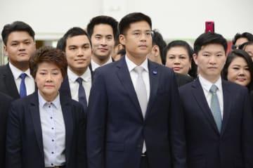 タイの憲法裁判所に到着したタクシン元首相派政党「タイ国家維持党」のメンバーら=7日、バンコク(共同)