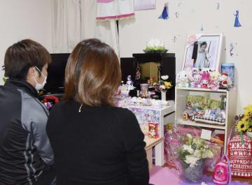 福岡県内の自宅で、山口叶愛ちゃんの仏壇と向き合う両親=2月