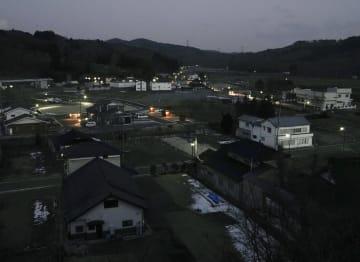 日が暮れた福島県飯舘村。街灯のほかにともる明かりは少ない=2月4日