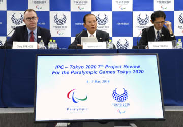 IPCのクレイグ・スペンス広報部長(左)と記者会見する、大会組織委の武藤敏郎事務総長(中央)=7日午後、東京都港区