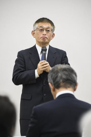 兵庫県明石市で、支援者を前に出馬を表明する泉房穂前市長=7日午後