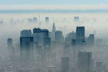 もやがかかる東京の高層ビル群