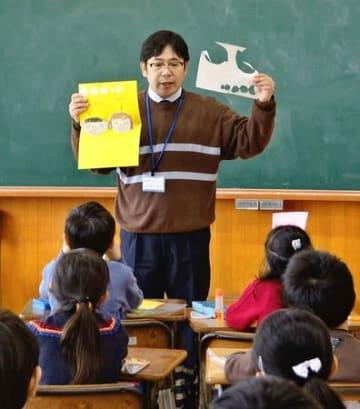 比角小で授業をする荒川俊之さん。福島県から避難する子どもたちのケアにも当たる=柏崎市