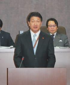 町政執行方針を述べる戸田町長