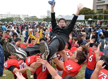 合格を果たし、胴上げで喜びを爆発させる受験生=7日、西原町・琉球大学(古謝克公撮影)
