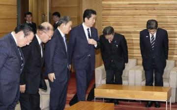 閣議に臨む安倍首相(右から3人目)ら=8日午前、首相官邸