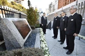 日比谷線の脱線事故から19年を迎え、「安全の誓い」の碑文を黙読する東京メトロの山村明義社長(右から2人目)ら=8日午前、東京都目黒区