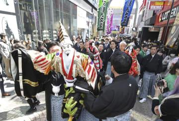 東京・原宿の竹下通りで行われた「にっぽん文楽」公演をPRするお練り=8日午前