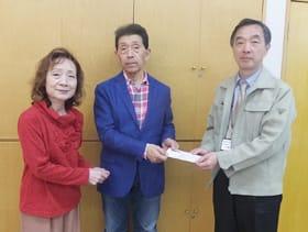 寄付金を手渡す斉藤会長(中央)と日沼さん(左)(提供写真)