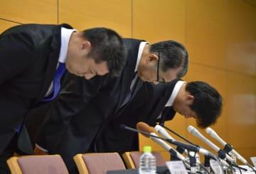 元社員が研究開発データを不正に持ち出した問題で、謝罪するアークレイの松田猛社長(中央)ら=8日午後、京都市