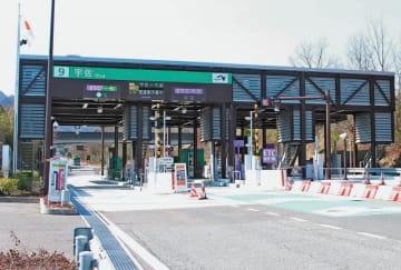 現状で2車線の東九州自動車道が拡幅の候補に決まった。写真は宇佐インターチェンジ=8日午前