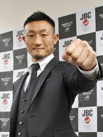 世界王座の挑戦者決定戦を行うと発表し、ポーズをとる小原佳太=8日、東京都内
