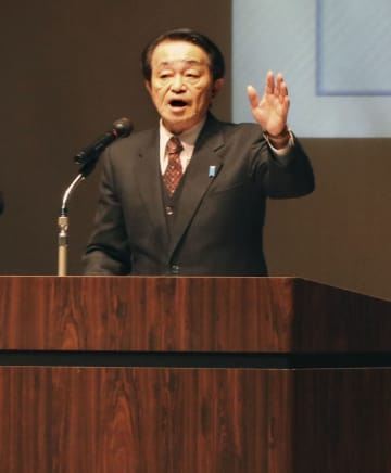福井市で講演する拉致被害者の地村保志さん=8日午後