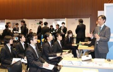 企業担当者の説明を熱心に聞く学生ら=8日、新潟市中央区