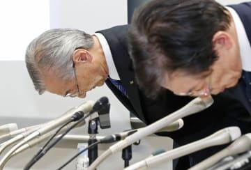 不正を確認し、記者会見で謝罪するIHIの満岡次郎社長(左)ら=8日午後、東京都内