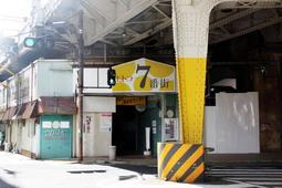 再整備計画で工事が進むモトコー7番街=神戸市中央区元町高架通2
