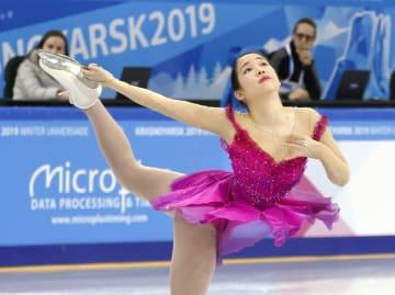 フィギュアスケートの女子SPで演技する三原舞依。首位に立った=クラスノヤルスク(共同)