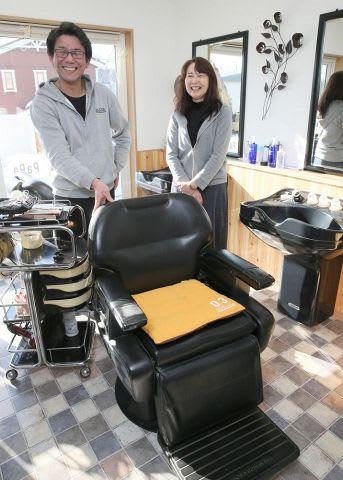 両親宅を改修して理容店を再開させる竹内明広さん(左)と妻の友香さん