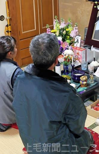 女子生徒の遺影を前に、悲しみをこらえる両親=6日、前橋市内の自宅