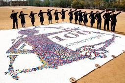 創立100周年を記念し、ペットボトルのふたで作られた巨大なモザイクアート=西宮市高座町、市立西宮高校(撮影・風斗雅博)