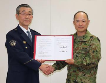 協定を結んだ竹市署長(左)と青木司令=佐世保市大潟町、陸自相浦駐屯地
